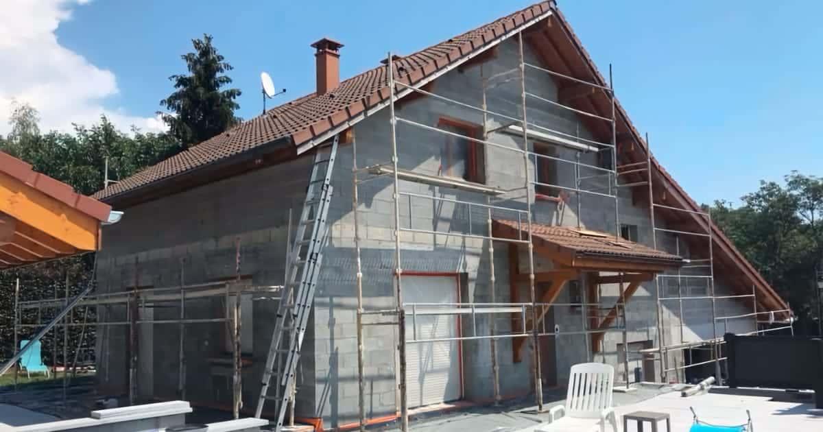Ravalement façade maison avec mur en moellons